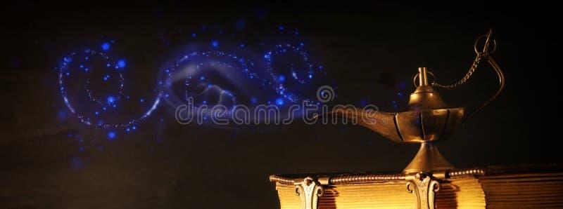Imagem da lâmpada de aladdin mágica e de livros velhos Lâmpada dos desejos imagem de stock