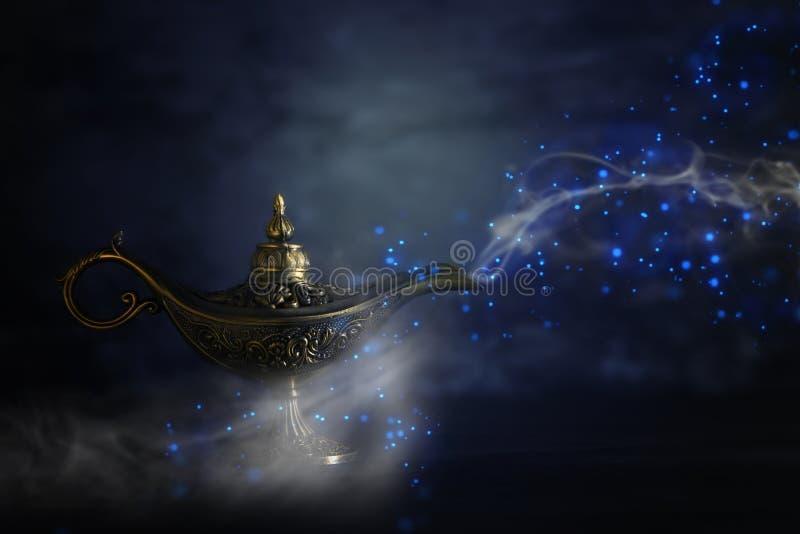 Imagem da lâmpada de aladdin misteriosa mágica com manutenção programada da faísca do brilho fotos de stock royalty free