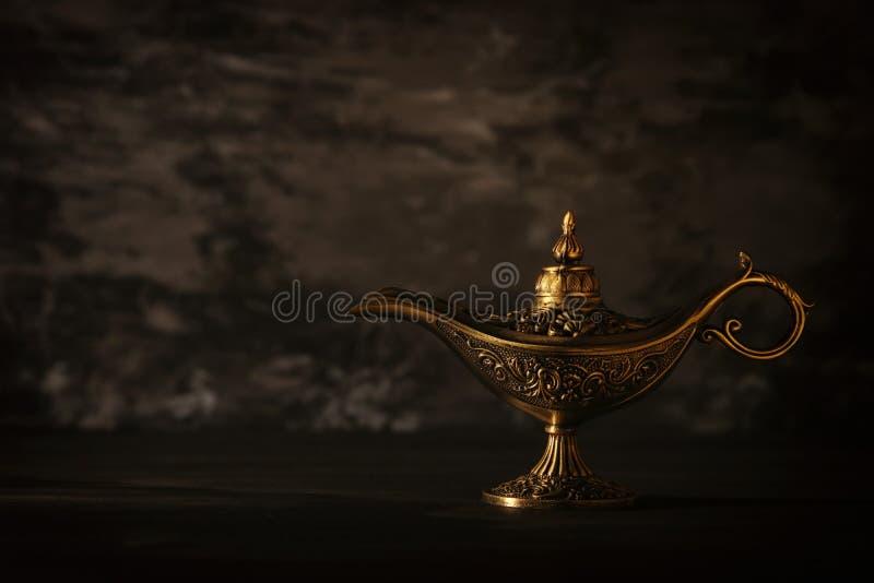 Imagem da lâmpada de aladdin misteriosa mágica sobre o fundo preto Lâmpada dos desejos imagens de stock