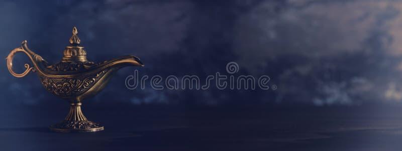 Imagem da lâmpada de aladdin misteriosa mágica sobre o fundo preto Lâmpada dos desejos imagem de stock royalty free