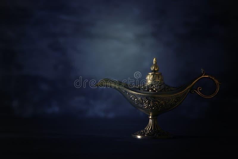 Imagem da lâmpada de aladdin misteriosa mágica sobre o fundo preto Lâmpada dos desejos foto de stock royalty free