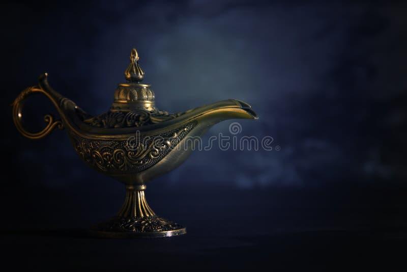 Imagem da lâmpada de aladdin misteriosa mágica sobre o fundo preto Lâmpada dos desejos imagem de stock