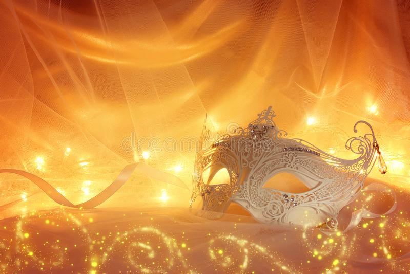 Imagem da máscara venetian branca delicada e elegante na frente da Turquia fotos de stock royalty free