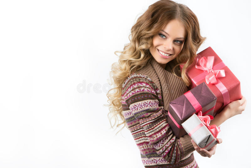 Imagem da menina alegre com caixa de presente em um fundo branco fotografia de stock