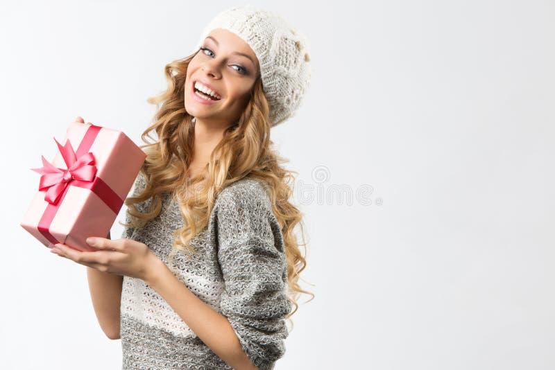 Imagem da menina alegre com caixa de presente em um fundo branco imagem de stock royalty free