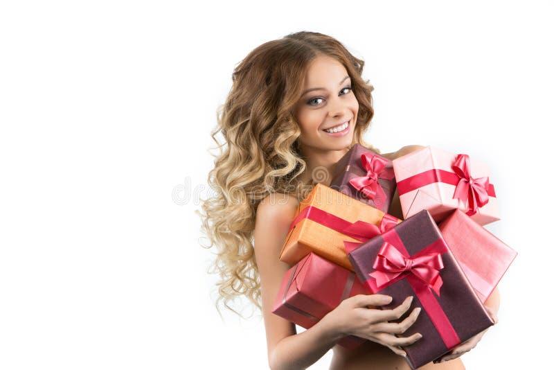 Imagem da menina alegre com caixa de presente em um fundo branco imagem de stock