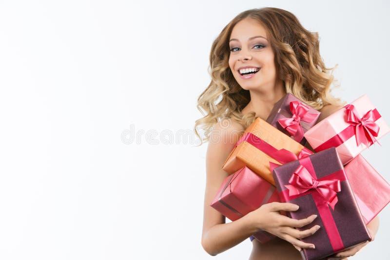 Imagem da menina alegre com caixa de presente em um fundo branco fotos de stock royalty free