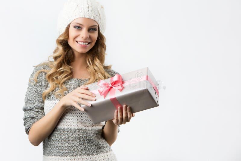 Imagem da menina alegre com caixa de presente em um fundo branco imagens de stock