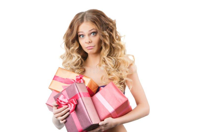 Imagem da menina alegre com caixa de presente em um fundo branco fotografia de stock royalty free