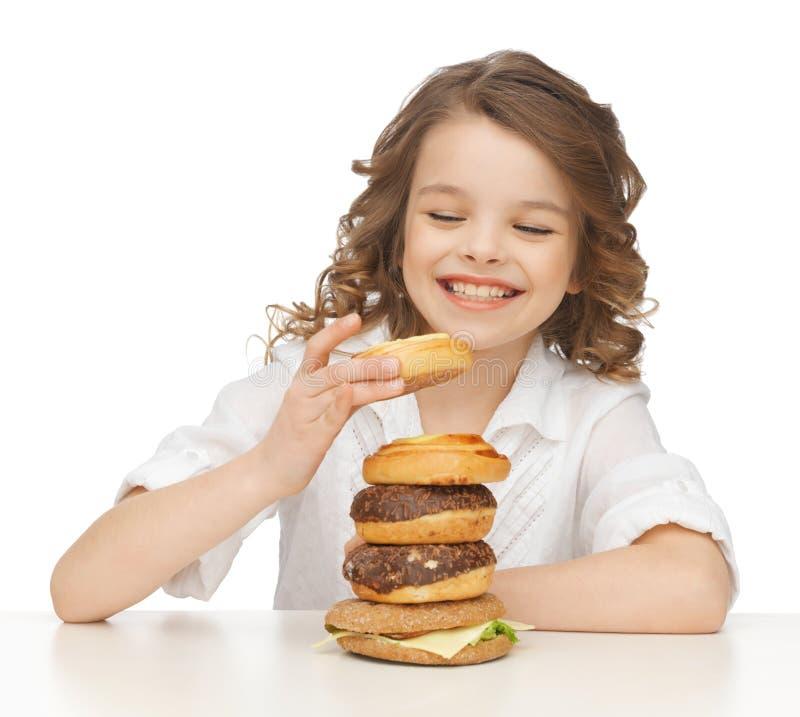 Menina com comida lixo imagem de stock royalty free