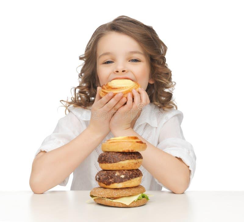 Menina com comida lixo fotos de stock