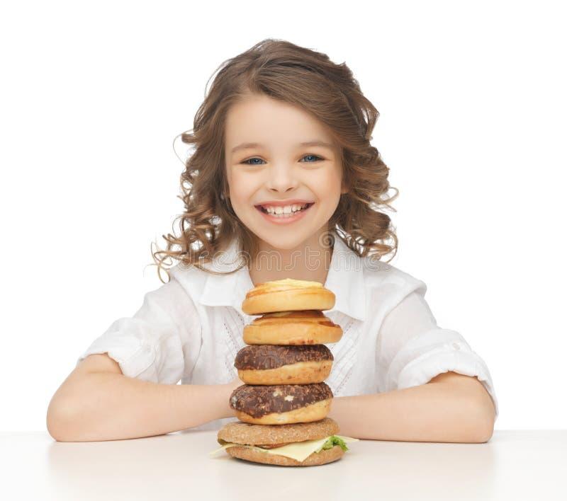 Menina com comida lixo foto de stock