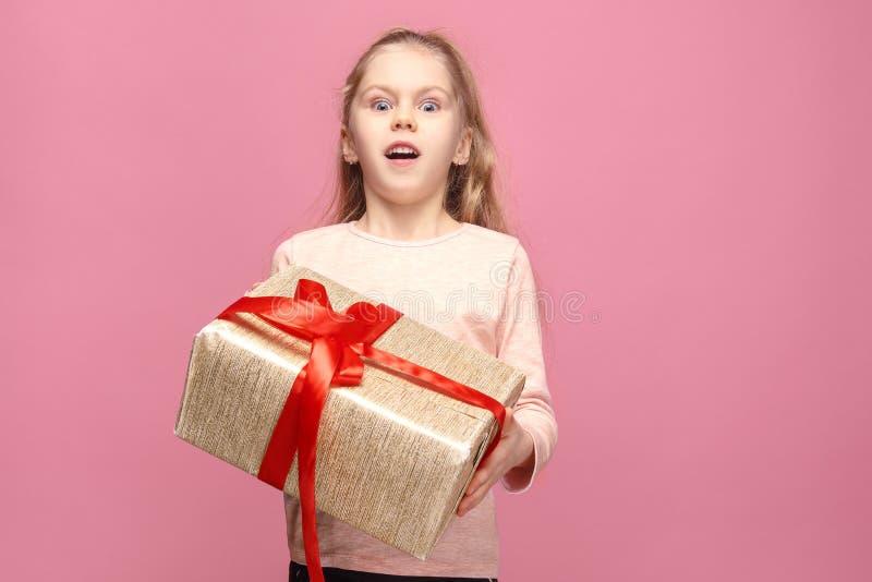 Imagem da menina feliz com caixa de presente imagem de stock