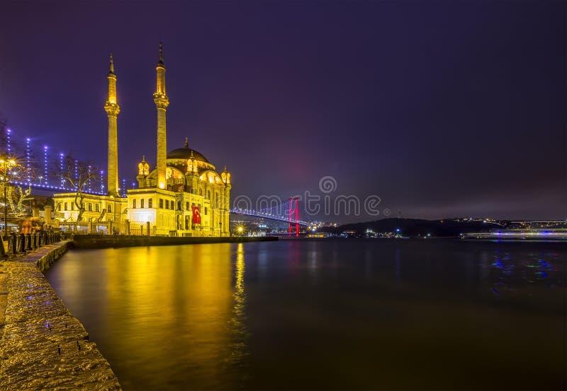 Imagem da mesquita de Ortakoy com a ponte de Bosphorus em Istambul na noite fotos de stock royalty free