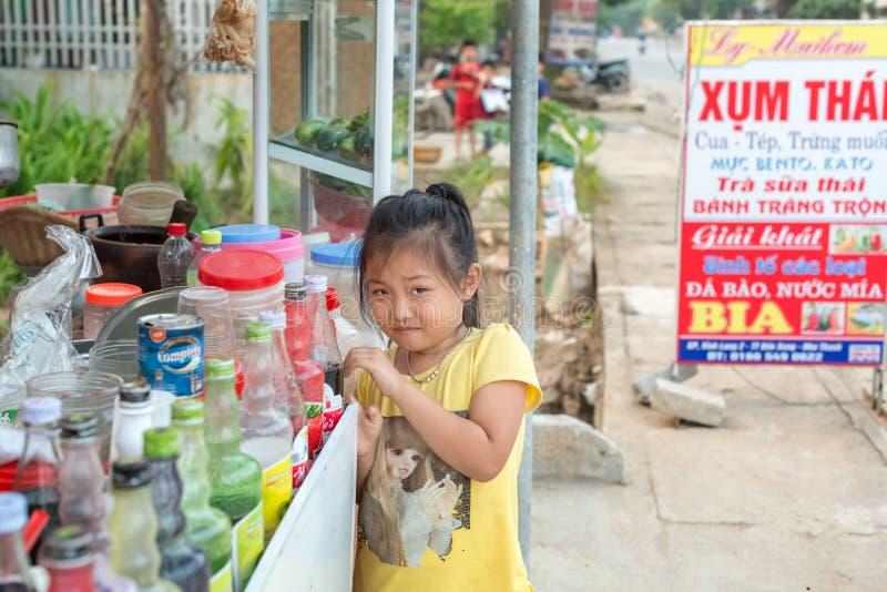 Imagem da moça na cidade pequena de Ben Sung em Vietname fotografia de stock royalty free