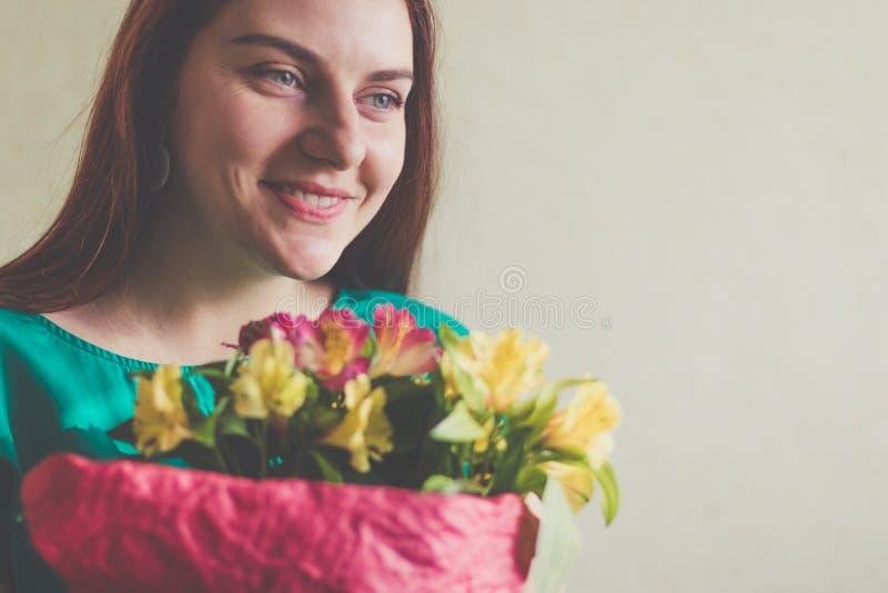 Imagem da mulher bonito com ramalhete imagem de stock