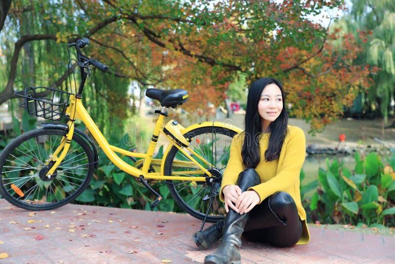 Imagem da mulher com bicicleta em um parque imagem de stock royalty free
