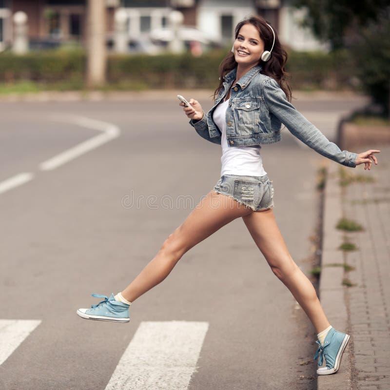 Imagem da mulher feliz nova, música de escuta e divertimento ter fotografia de stock