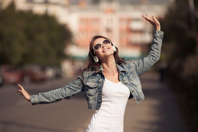 Imagem da mulher feliz nova, música de escuta e divertimento ter fotos de stock