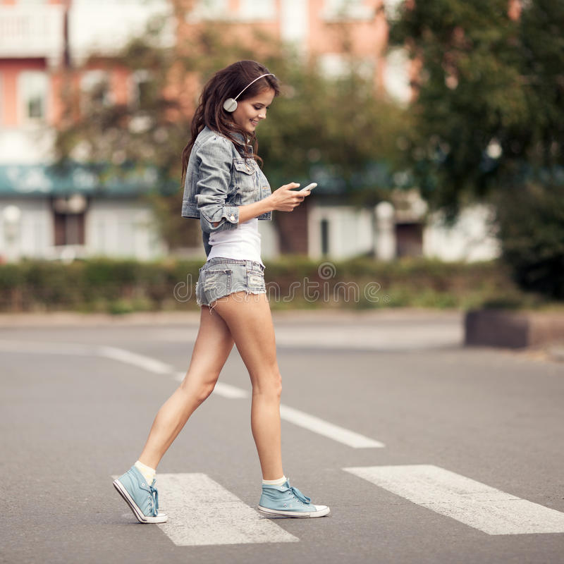Imagem da mulher feliz nova, música de escuta e divertimento ter imagem de stock