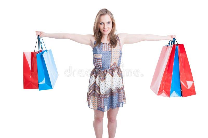 Imagem da mulher feliz que guarda sacos de compras coloridos foto de stock royalty free