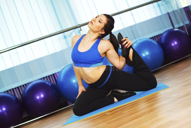 Imagem da mulher nova que faz exercícios imagem de stock