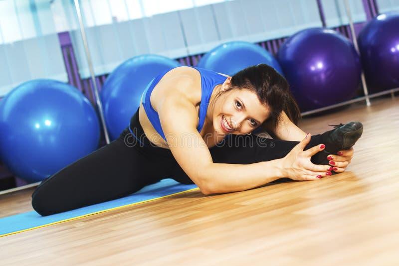 Imagem da mulher nova que faz exercícios fotos de stock