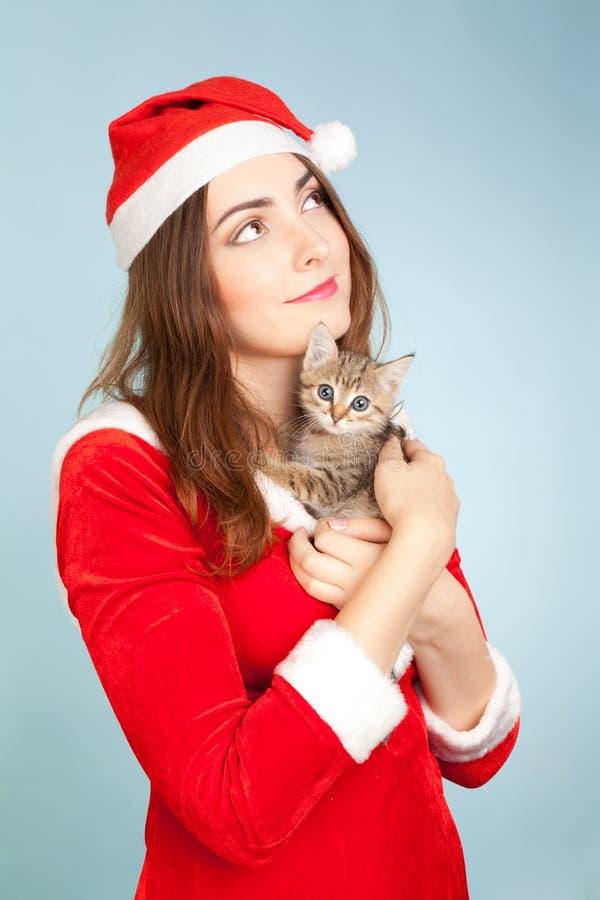 Imagem da mulher que guardara um gatinho fotos de stock