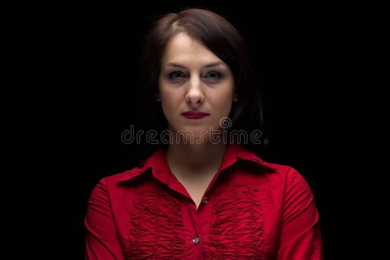 Imagem da mulher séria na camisa vermelha imagens de stock