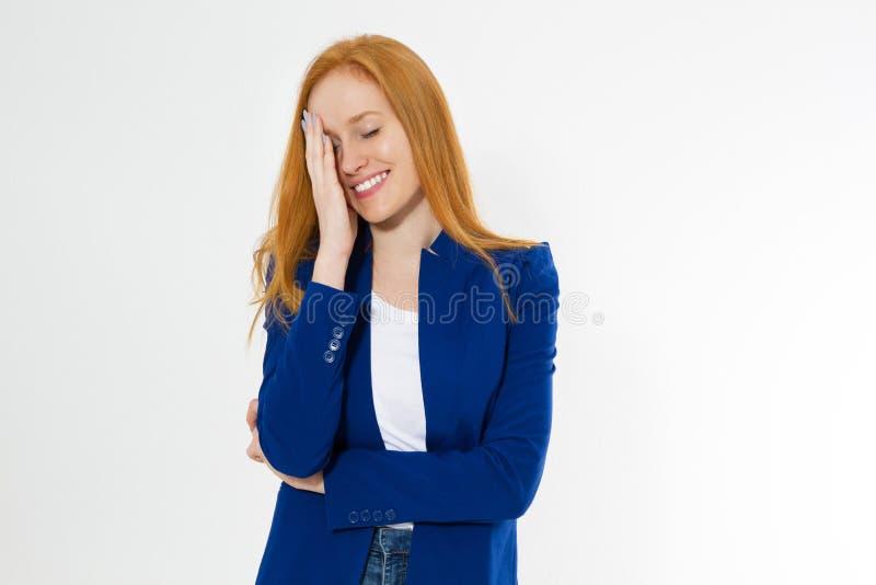 Imagem da mulher vermelha à moda atrativa do cabelo no terno azul do estilo que faz o facepalm, guardando a mão no olho e no sorr fotos de stock royalty free