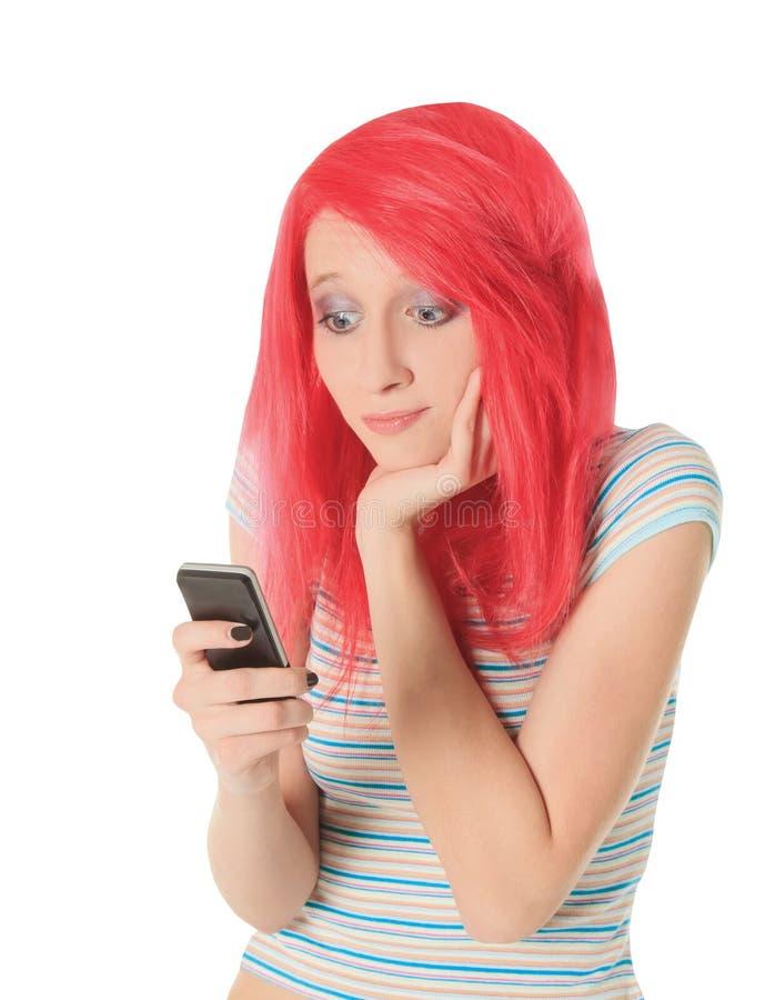 Imagem da mulher vermelha feliz do cabelo com telefone celular imagens de stock