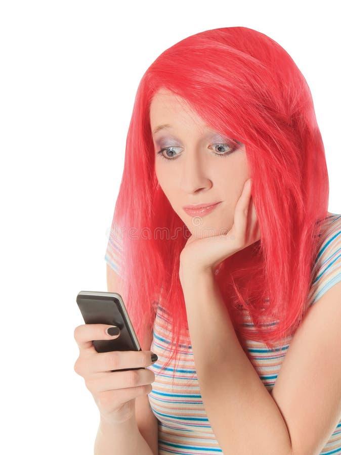Imagem da mulher vermelha feliz do cabelo com telefone celular fotografia de stock royalty free