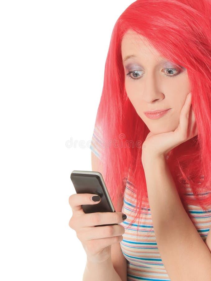 Imagem da mulher vermelha feliz do cabelo com telefone celular fotografia de stock