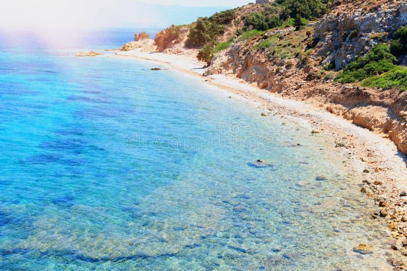 Imagem da natureza do mar Mediterrâneo bonito com as montanhas na luz solar imagens de stock royalty free