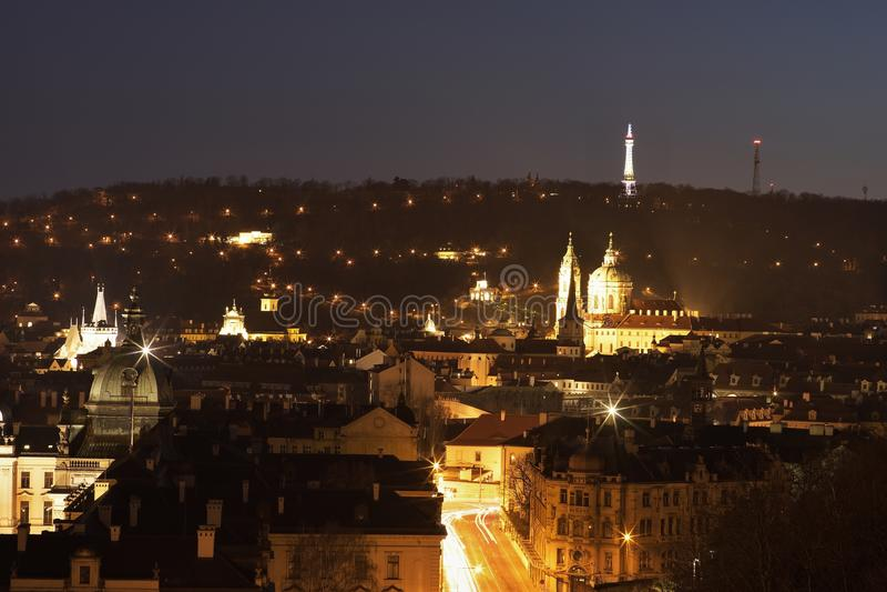 Imagem da noite da parte velha de Praga, capitol de República Checa Divida o lado chamado de Pequeno sob o castelo de Praga e o m imagem de stock