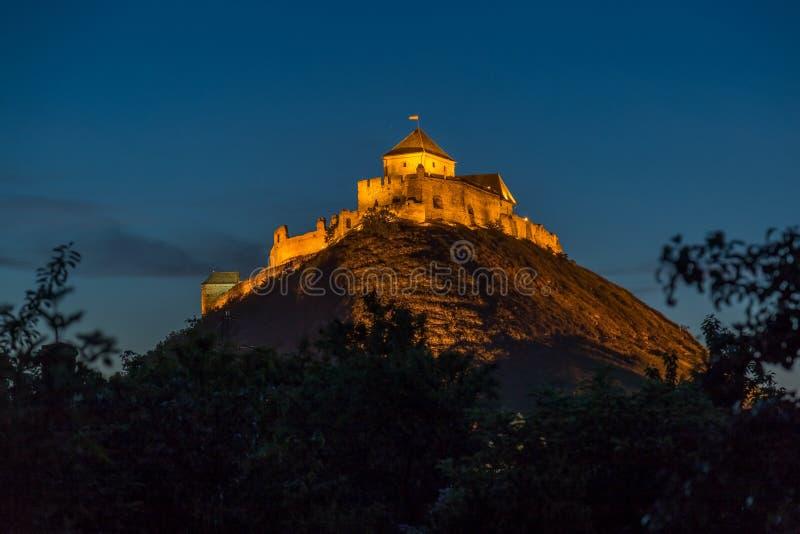 Imagem da noite de um castelo húngaro antigo Sumeg imagem de stock