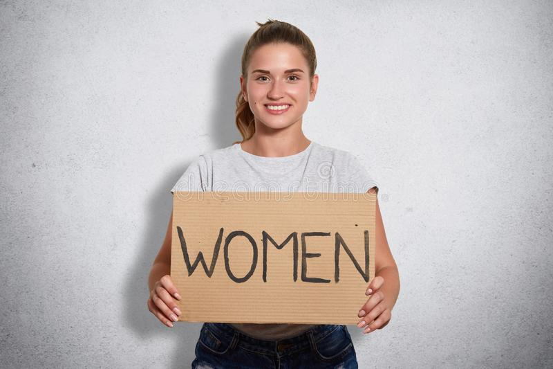 Imagem da placa pública magnética carismática da terra arrendada do ativista com mulheres da inscrição, olhando diretamente na câ imagem de stock