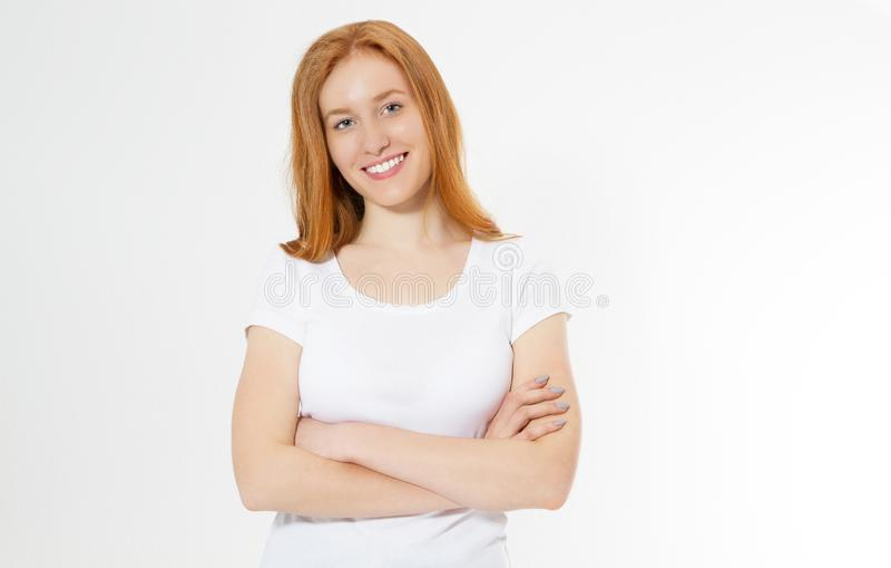 Imagem da posi??o consideravelmente nova alegre da senhora do ruivo isolada sobre o fundo branco da parede com os bra?os cruzados fotografia de stock royalty free