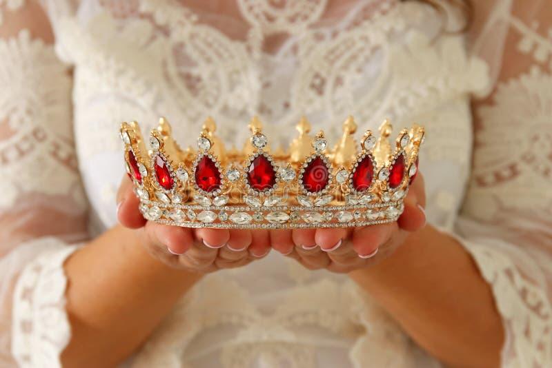 imagem da senhora bonita com o vestido branco do laço que guarda a coroa do diamante período medieval da fantasia imagem de stock royalty free