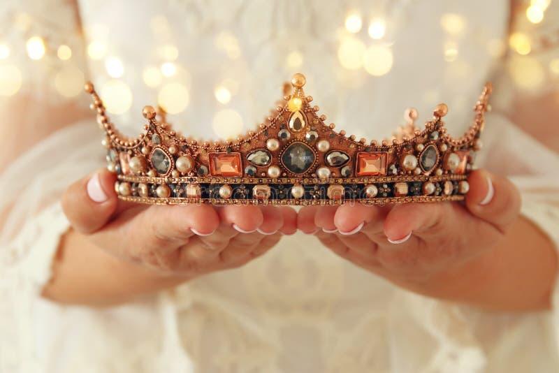 imagem da senhora bonita com o vestido branco do laço que guarda a coroa do diamante período medieval da fantasia foto de stock royalty free