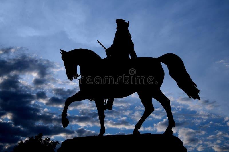 Imagem da silhueta da silhueta da est?tua equestre de George Washington no parque comum, Boston fotografia de stock royalty free