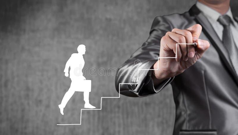 Imagem da tração do homem de negócios da escada e do homem fotografia de stock royalty free