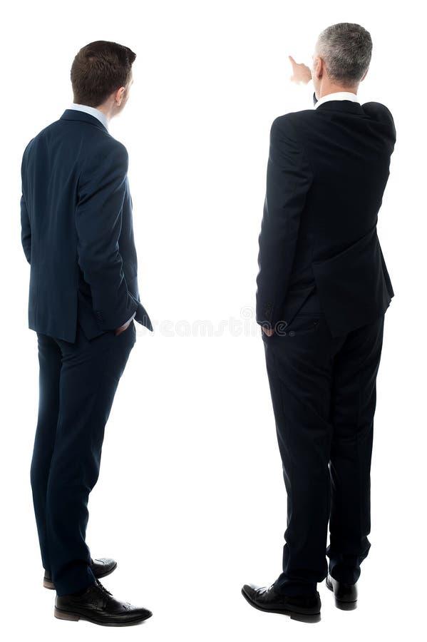 imagem da Traseiro-vista de dois homens de negócios foto de stock