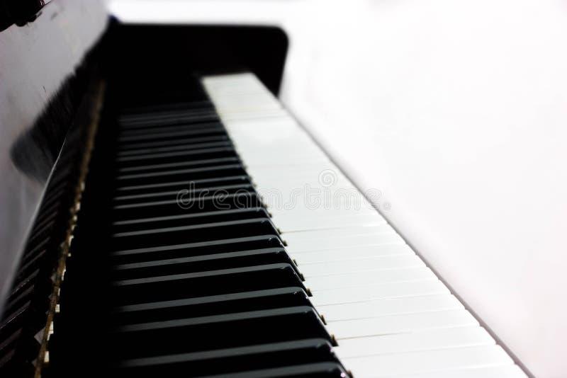 Imagem da vista lateral de telhas muito luxuosas de um piano em um fundo branco isolado imagem de stock royalty free