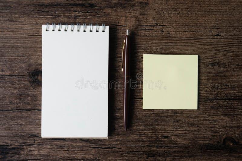 Imagem da vista superior do caderno vazio, do papel de nota pegajoso vazio e do pe fotos de stock