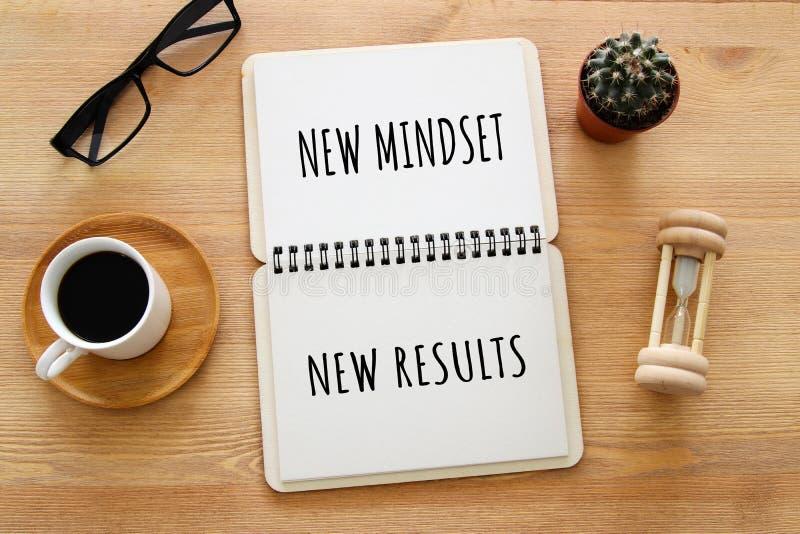 Imagem da vista superior da tabela com caderno aberto e os resultados novos do mindset novo do texto sucesso e conceito pessoal d fotografia de stock