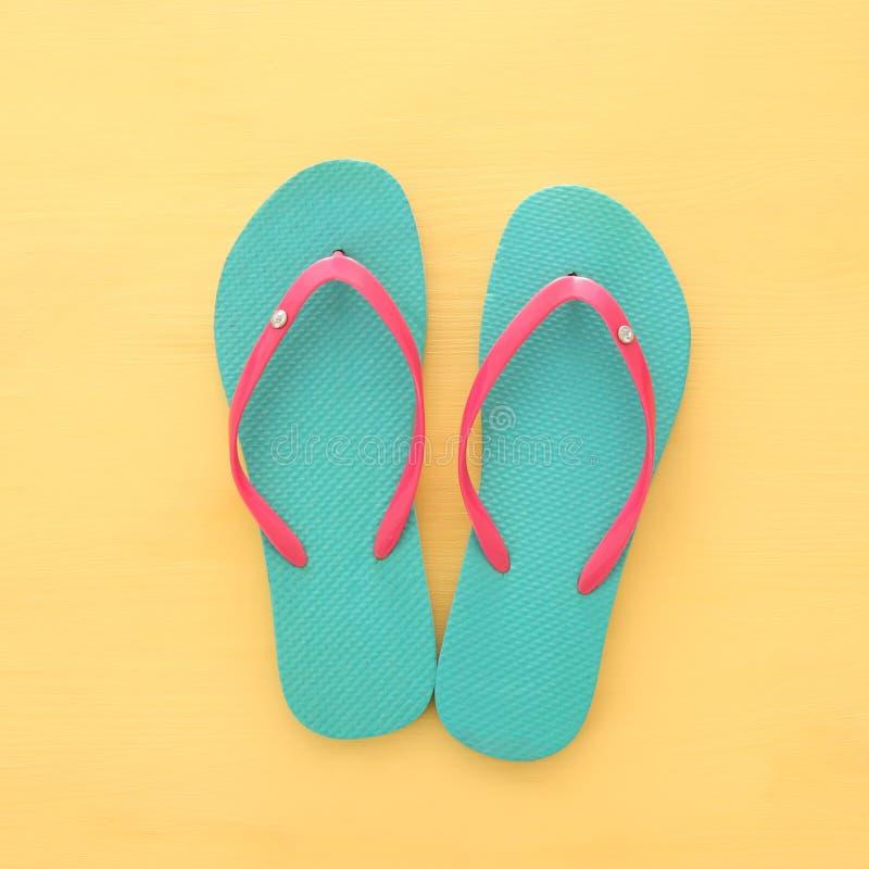 imagem das férias e do verão com flip-flops sobre o fundo de madeira amarelo foto de stock royalty free