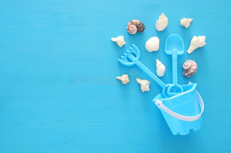 a imagem das férias e do verão com objetos e praia do estilo de vida marinha brinca para a criança imagens de stock