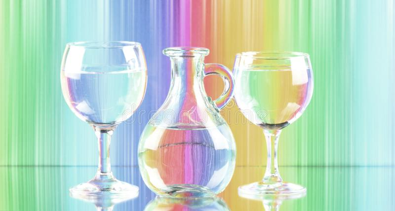 Imagem das máscaras pasteis de dois vidros de vinho e de um jarro de agua potável fresca arte da parede da cópia da lona imagens de stock royalty free
