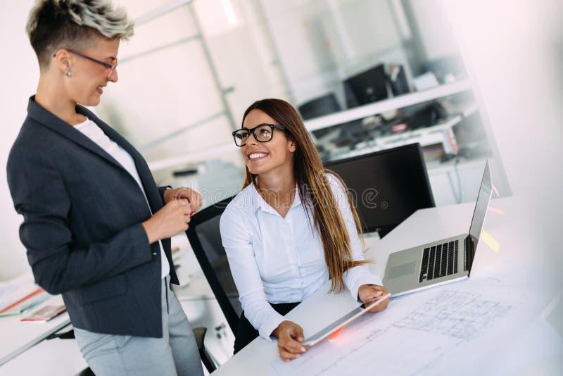 Imagem das mulheres de negócios que têm a discussão sobre o projeto fotos de stock royalty free